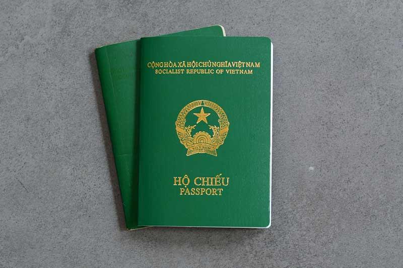 Chuẩn bị hộ chiếu đi máy bay